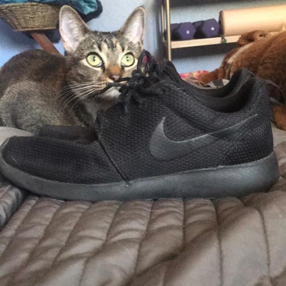 All black Nike Roshe